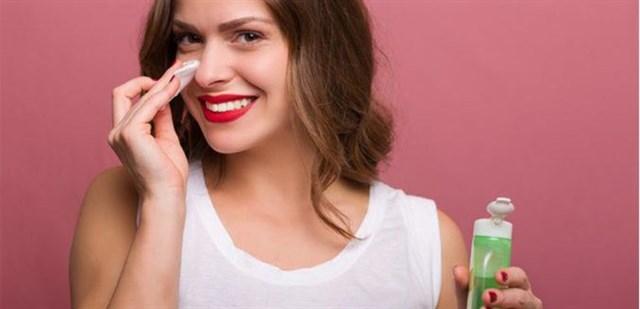 Cách Chăm Sóc Da Bị Mụn Bằng Dùng nước hoa hồng
