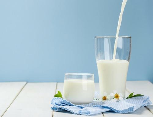 Kết hợp vitamin E dưỡng da mặt với sữa tươi