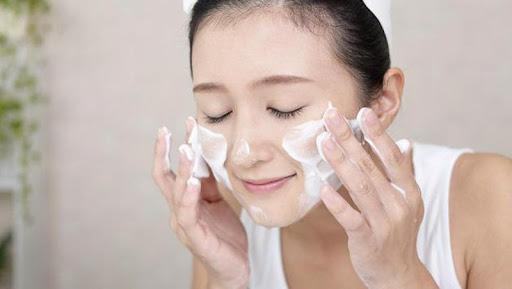 Cách Chăm Sóc Da Bị Mụn Bằng Rửa mặt mỗi ngày 2 lần