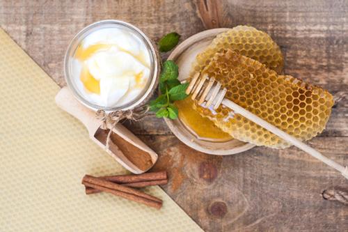 Hướng dẫn cách làm mặt nạ sữa chua mật ong trị mụn