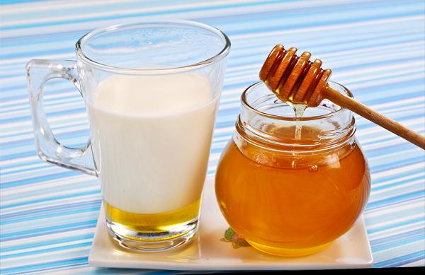 Cách làm trắng da bằng nước vo gạo và mật ong